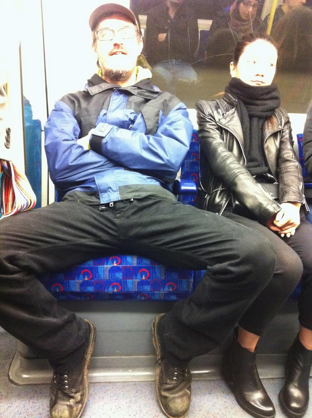 Sentada de perna aberta de shortinho - 3 6